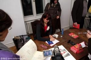 Marina Orgazmus signiert ihr Buch