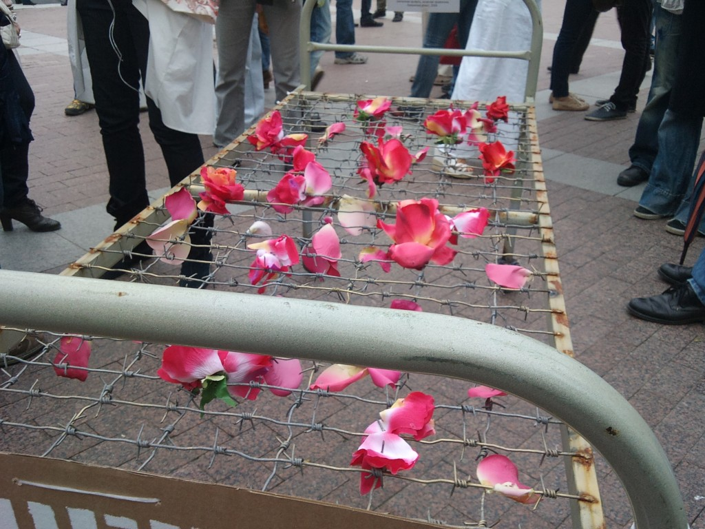 Марина Звягинцева, объект «Постель из роз», железная рама кровати, колючая проволока, розы
