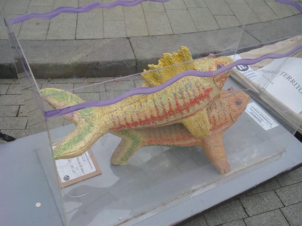 Андрей Митенев, объект «Золотые рыбки, исполняющие желания», керамика, оргстекло