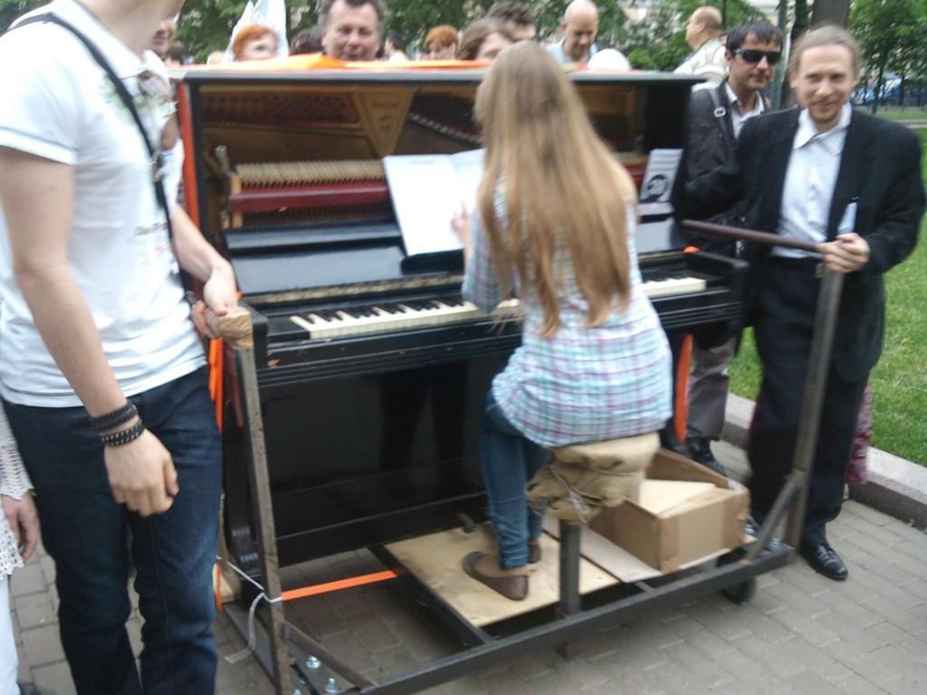 Сергей Якунин, «Передвижной музыкальный объект», преобразованное пианино на колесах