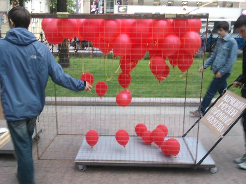 Сергей Катран, объект «Клетка для шариков», металлическая сетка, надувные шарики